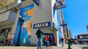 Movimentação em agência da Caixa Econômica Federal em Curitiba