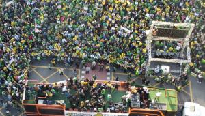 Foto tirada de cima com vários apoiadores em manifestação pró-bolsonaro