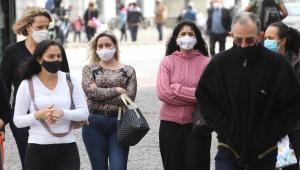 Pedestres se protegem do vento frio nesta quarta-feira (11), no centro de São Paulo)