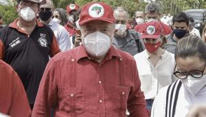 Ex-presidente Lula visita acampamento