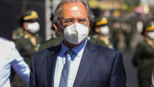 O ministro Paulo Guedes andando
