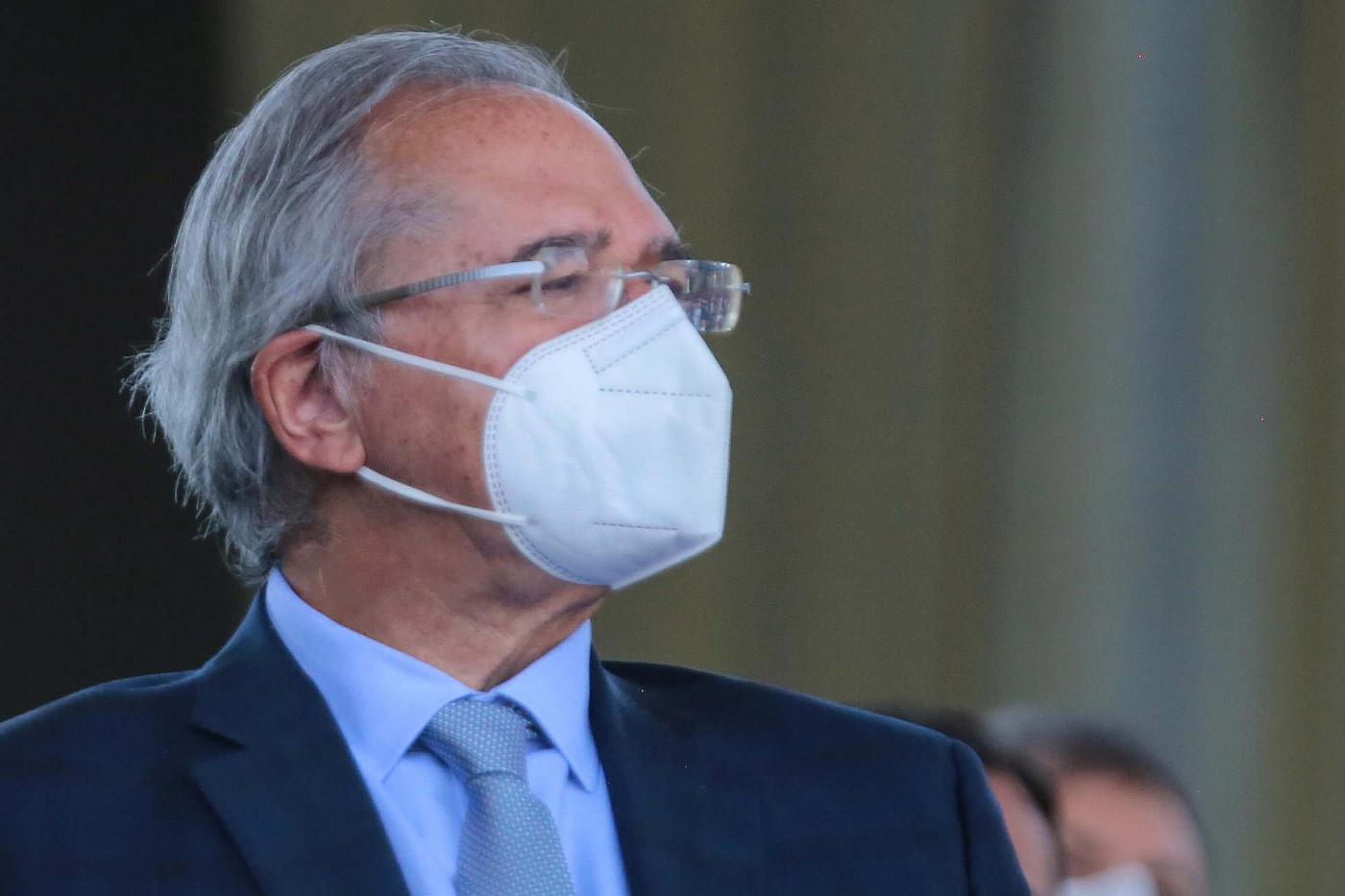Ministro da Economia, Paulo Guedes, usa máscara branca