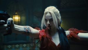 """Maquiada e trajada a caráter, Margot Robbie interpreta Arlequina no filme """"O Esquadrão Suicida"""""""