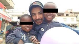 foto de homem assassinado na Turquia ainda em vida ao lado de duas crianças