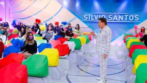 Silvio Santos apresentando o programa de pijama