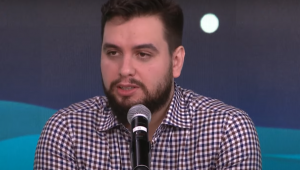 Filipe G. Martins fala ao microfone no estúdio do programa Pânico