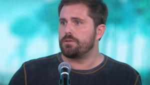 Thiago Gagliasso usa blusa preta e fala ao microfone no estúdio do programa Pânico