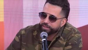 Latino fala ao microfone no estúdio do programa Pânico