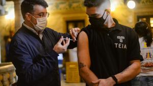 O secretário municipal de Saúde do Rio de Janeiro, Daniel Soranz, aplicando vacina contra a Covid-19