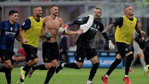 Jogadores da Inter de Milão comemorando vitória