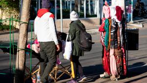 - Vendedores ambulantes intensificam as vendas de acessórios como gorros, luvas e cachecóis em frente à estação Moema do metrô, na zona sul da cidade