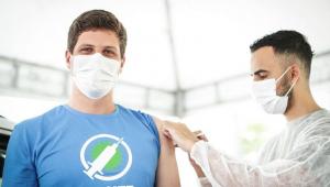 Com 27 anos, prefeito do Recife toma vacina contra Covid-19