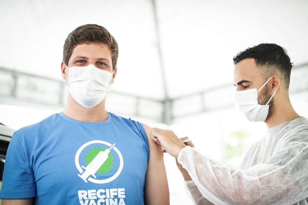 Prefeito do recife de camisa azul se vacinando contra covid
