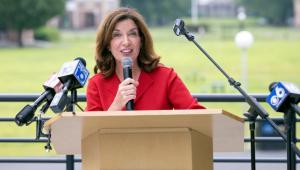 Kathy Hochul, vice governadora dos EUA, falando em microfone