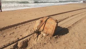 caixa arrastada na areia