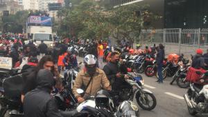 motocicletas se concentrando em rua