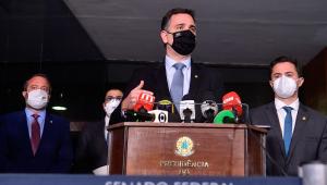 Com alguns microfones colocados em um púlpito, Rodrigo Pacheco dá entrevista no Senado Federal