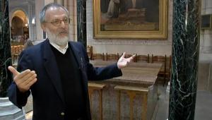 padre Olive Lamaire conversando em entrevista à tv