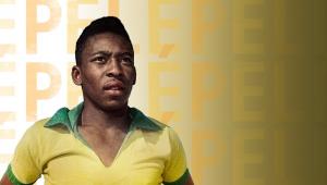 """Cartaz do filme """"Pelé"""" com uma imagem do Rei do Futebol ainda novo (17 ou 18 anos) e com a camisa da seleção"""
