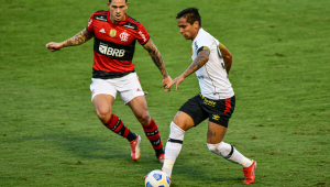 Pedro, do Flamengo, e Everton Felipe, do Sport, em partida