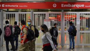 Pessoas em estação da CPTM fechada