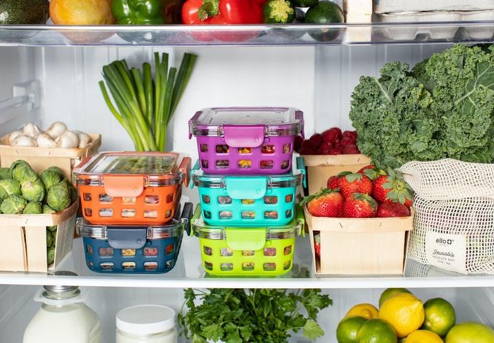 Produtos dispostos na geladeira