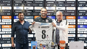 Renato Augusto foi apresentado como novo reforço do Corinthians ao lado de Duílio Monteiro Alves (presidente) e Roberto de Andrade (diretor)