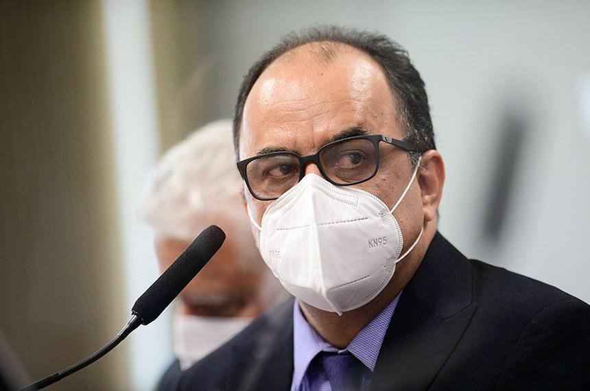Religioso de máscara no plenário de comissão
