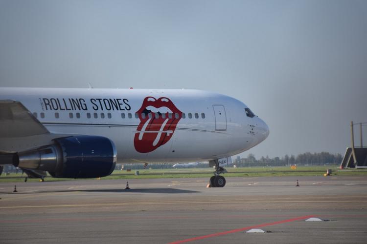 Avião da banda Roling Stones personalizado com o logo da banda (boca com a língua de fora)