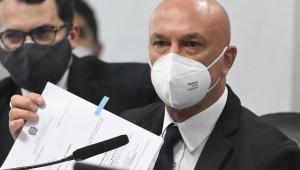 Homem de máscara exibe lista de documentos