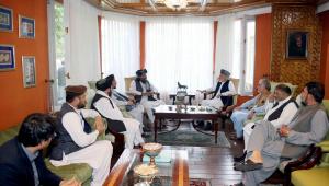 Com discursos moderados, líderes do Talibãs negociam a formação de um novo governo