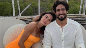Thaila Ayala deitada no ombro do marido, Renato Góes