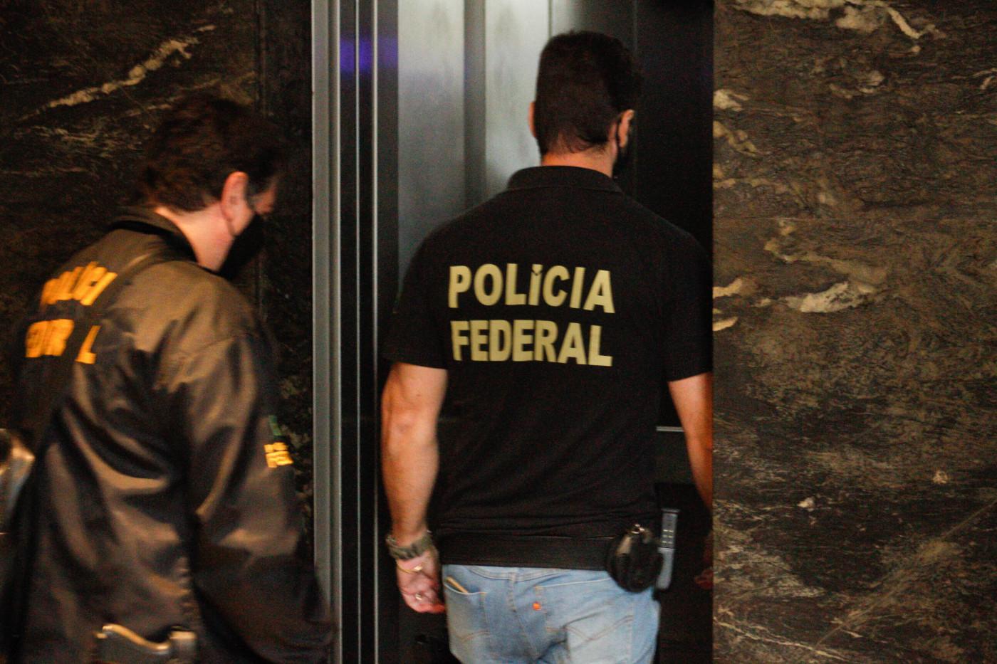 Agentes da Polícia Federal cumprem mandados