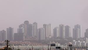 Imagem de nuvem de poeira atingindo a cidade de Ribeirão Preto