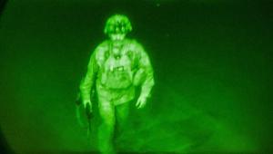 soldado subindo em avião; foto de câmeras com visão noturna