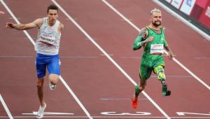 Dois esportistas correndo em pista de atletismo, um deles brasileiro