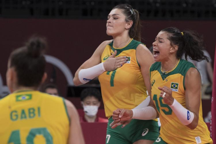 Rosamaria e Carol comemorando ponto do Brasil