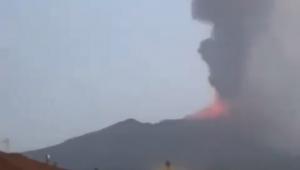 vulcão etna entrando em erupção