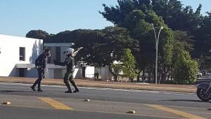 Militante é detido por impedir passagem de blindados