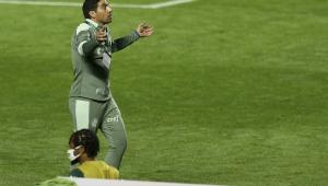 Abel Ferreira comandando o Palmeiras diante do São Paulo no Morumbi