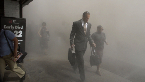 Pessoas cobertas com nuvem de fumaça após desabamento da torre sul do World Trade Center