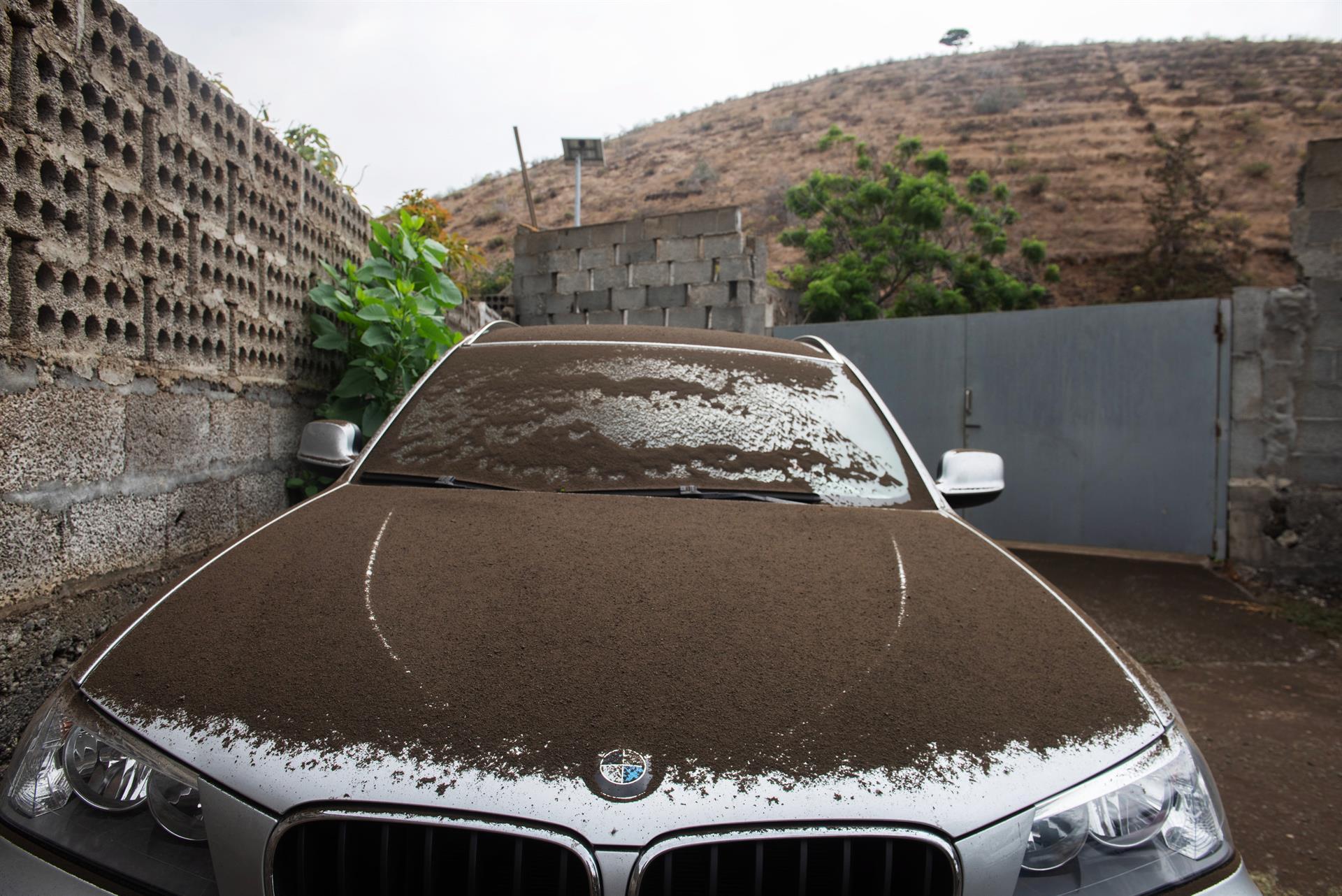 carro coberto de fuligem do vulcão cumbre vieja