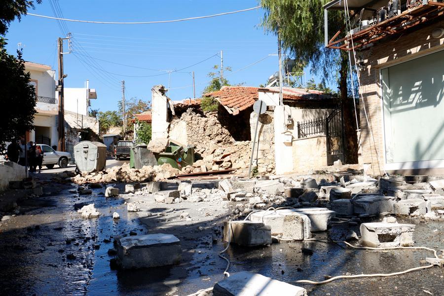 Destroços de uma igreja derrubada por um terremoto na ilha de Creta, na Grécia