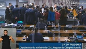 Senadores ceram a mesa diretora após confusão iniciada pelo ministro da CGY