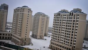 Vista de novos prédios residenciais quase concluídos, cuja construção foi interrompida devido à falta de investimento, em Kangbashi, cidade de Ordos, norte da China