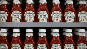 Ketchups da marca Heinz expostos em prateleira