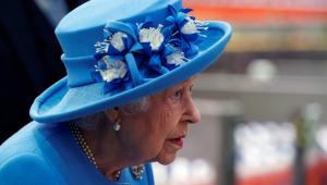 Rainha Elizabeth de perfil usando chapéu e roupa azul