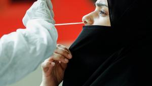 mulher passando por exame de covid na índia