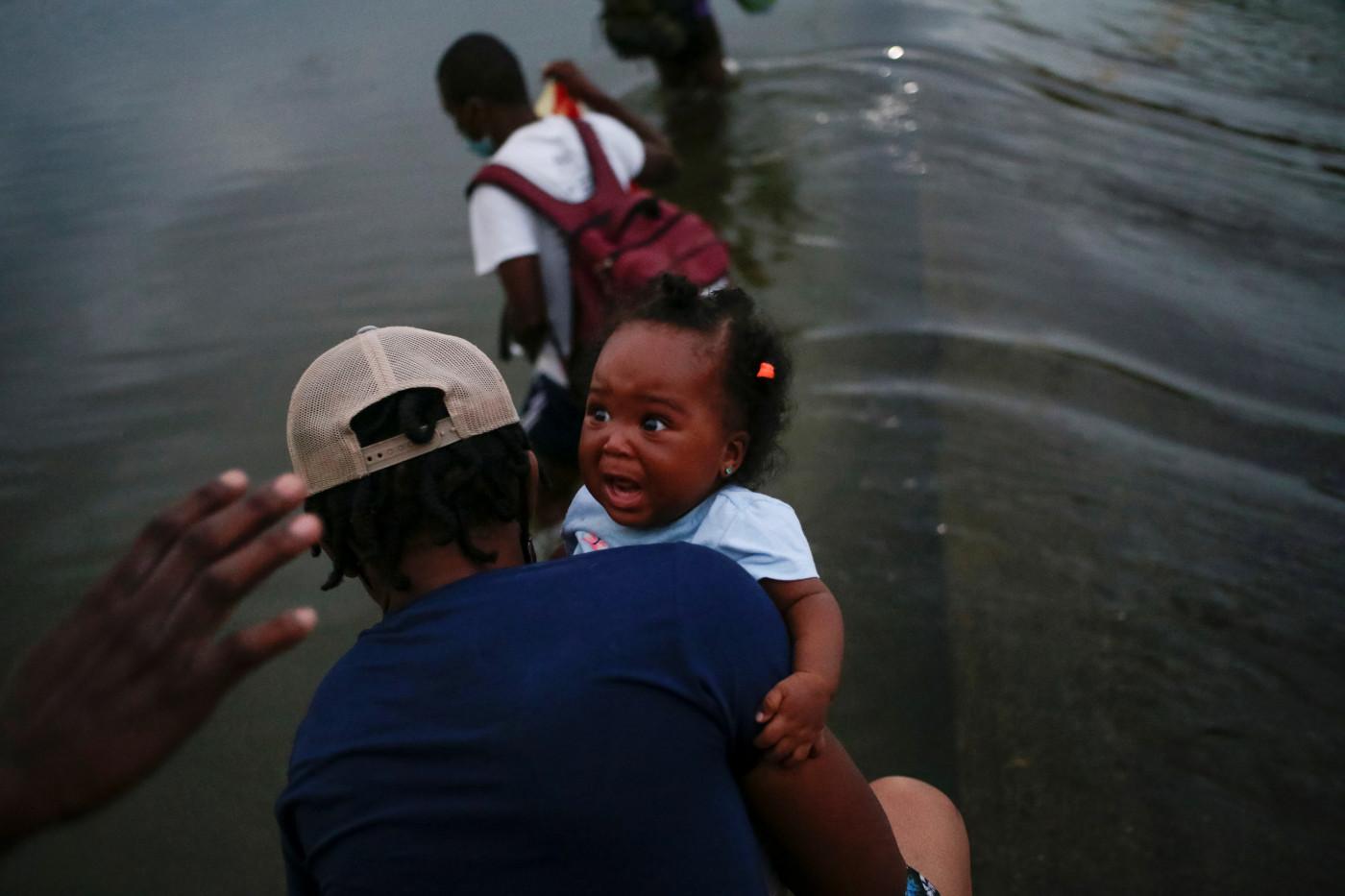 imigrantes atravessam rio em del paso, no texas