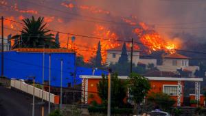 Lava do vulcão Cumbre Vieja atinge casas enquanto segue em direção ao oceano